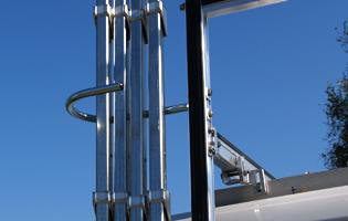 Holdet til glasholdeænger til glasstativet  på glarmestervognen